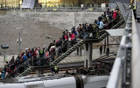 Police organize the line of refugees at on the stairway leading up from the trains arriving from Denmark at the Hyllie train station outside Malmo, Sweden, November 19, 2015.  REUTERS/Johan Nilsson/TT News Agency