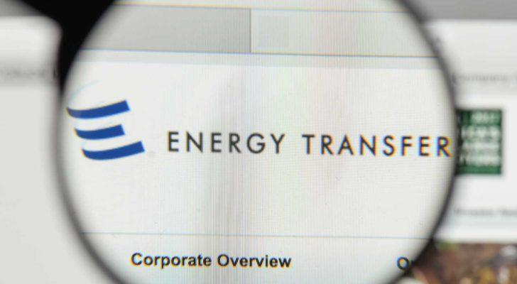 A magnifying glass zooms in on the Energy Transfer (ET) website.
