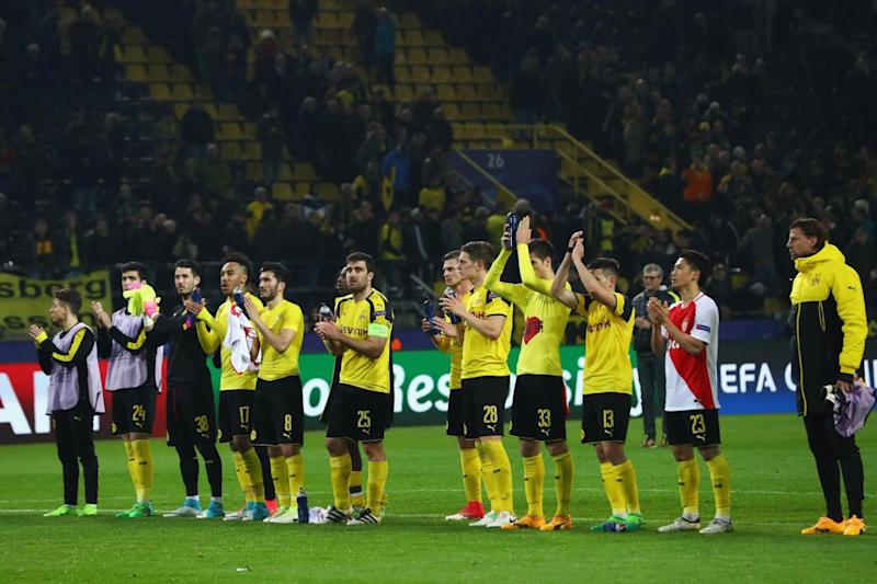 Applause | The Borussia Dortmund players address their fans after the loss (Bongarts/Getty Images)