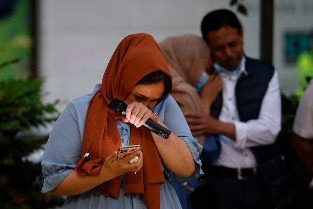 <strong>Jebina Yasmin Islamreacts as she pays tribute to her sister during the vigil.</strong> (Photo: TOLGA AKMEN via Getty Images)