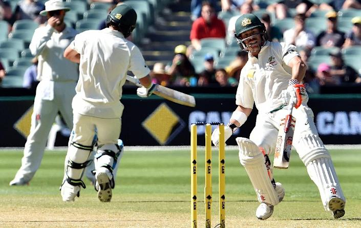 Australia's batsmen David Warner (R) and Joe Burns during the third day of the day-night Test against New Zealand on November 29, 2015 (AFP Photo/Saeed Khan)