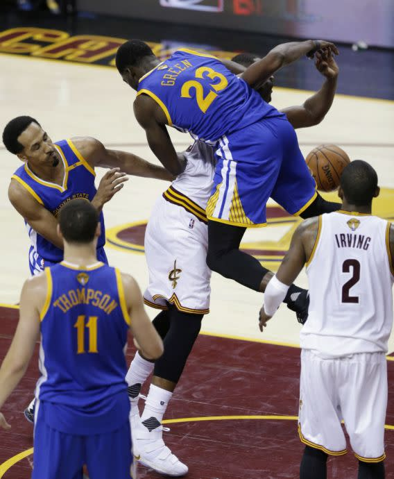 <p>Golden State Warriors forward Draymond Green (23) fouls Cleveland Cavaliers center Tristan Thompson during the second half of Game 4 of basketball's NBA Finals in Cleveland, Friday, June 9, 2017. (AP Photo/Tony Dejak) (圖片來源:The Associated Press) </p>
