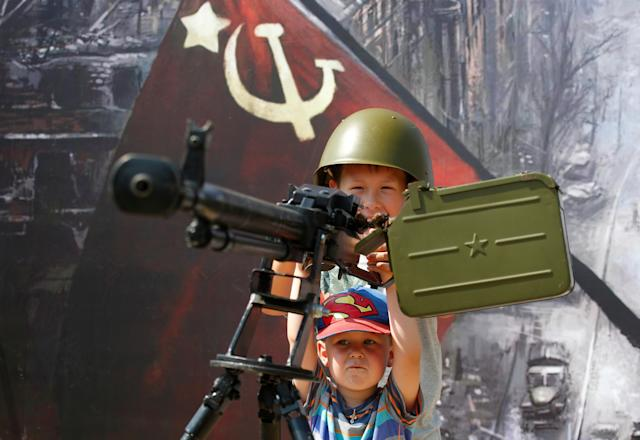 <p>Children play with a Soviet-era machine gun during the International Army Games 2018, in Alabino outside Moscow, Russia, July 28, 2018. (Photo: Sergei Karpukhin/Reuters) </p>