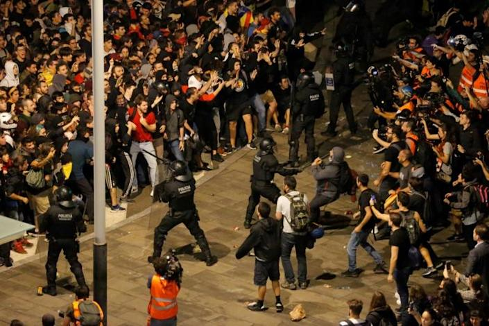 Protesters clash with Spanish policemen outside El Prat airport in Barcelona (AFP Photo/Pau Barrena)