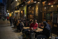<p>En Madrid el toque de queda es a las 23 horas, por lo que es posible cenar en restaurantes antes de ir a casa. (Photo by Pablo Blazquez Dominguez/Getty Images)</p>