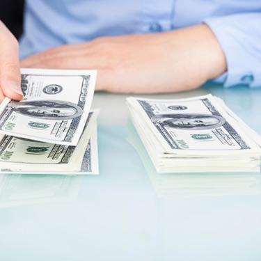 Businesswoman-counting-bank-notes_web
