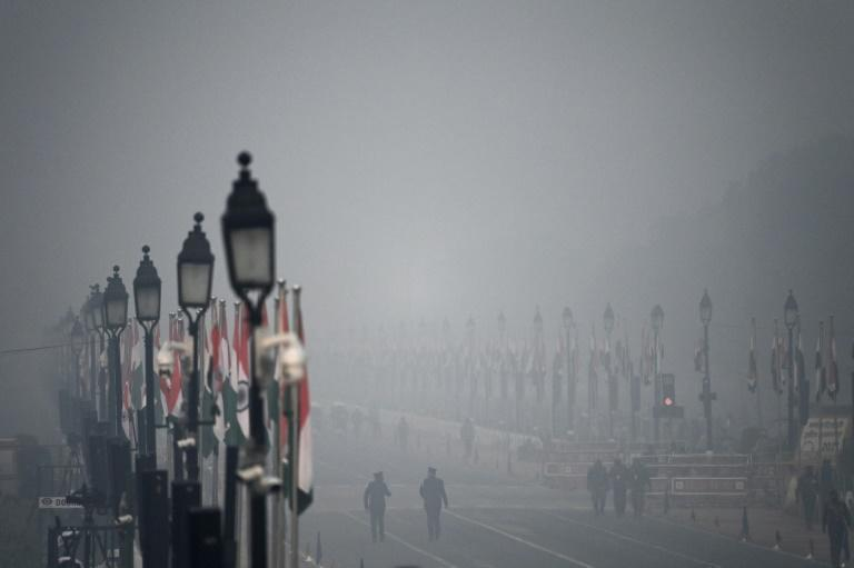 Heavy smog covers Rajpath in New Delhi ahead of Republic Day celebrations in January 2021