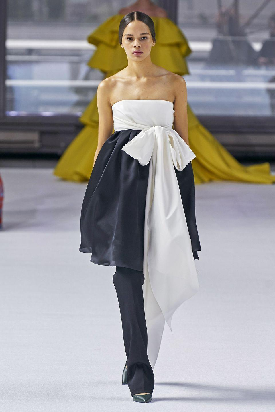 <p>This early aughts styling hack is back with a vengeance.</p><p><em>Carolina Herrera</em></p>