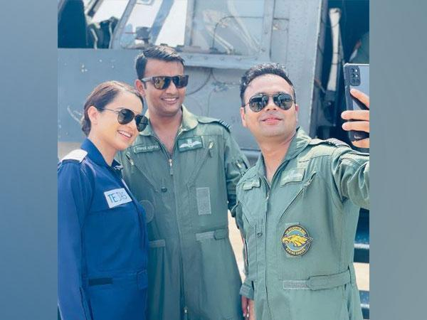 Kangana Ranaut with Air Force officers (Image source: Instagram)