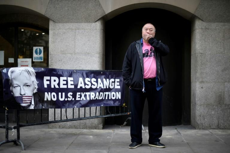 Ai Weiwei supports Assange with silent protest