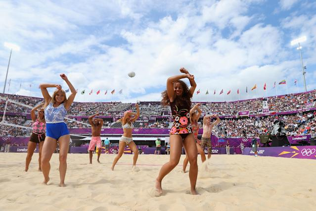 "Las animadoras en plena actuación en la ""playa"" de Londres. (Getty images)"