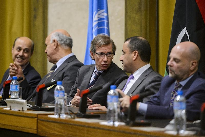United Nations special envoy to Libya Bernardino Leon (C) speaks with Libya's General National Congress (GNC) deputy president Saleh al-Makzom (2nd-R) during peace talks between rival Libyan factions in Geneva, Switzerland, August 12, 2015 (AFP Photo/Fabrice Coffrini)