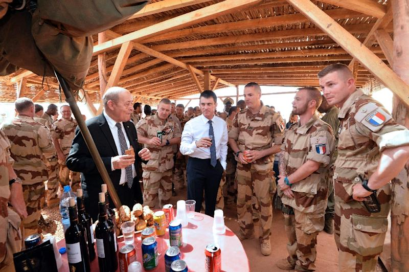 French Prime Minister Manuel Valls (C) and Defence Minister Jean-Yves Le Drian (L) visit troops of France's Barkhane counter-terrorism operation in Africa's Sahel region (AFP Photo/Miguel Medina)