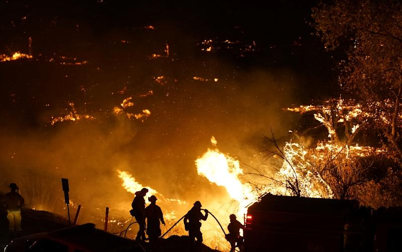 Firefighters battle the Lilac fire in Bonsall, California on December 7, 2017 (AFP Photo/Sandy Huffaker)