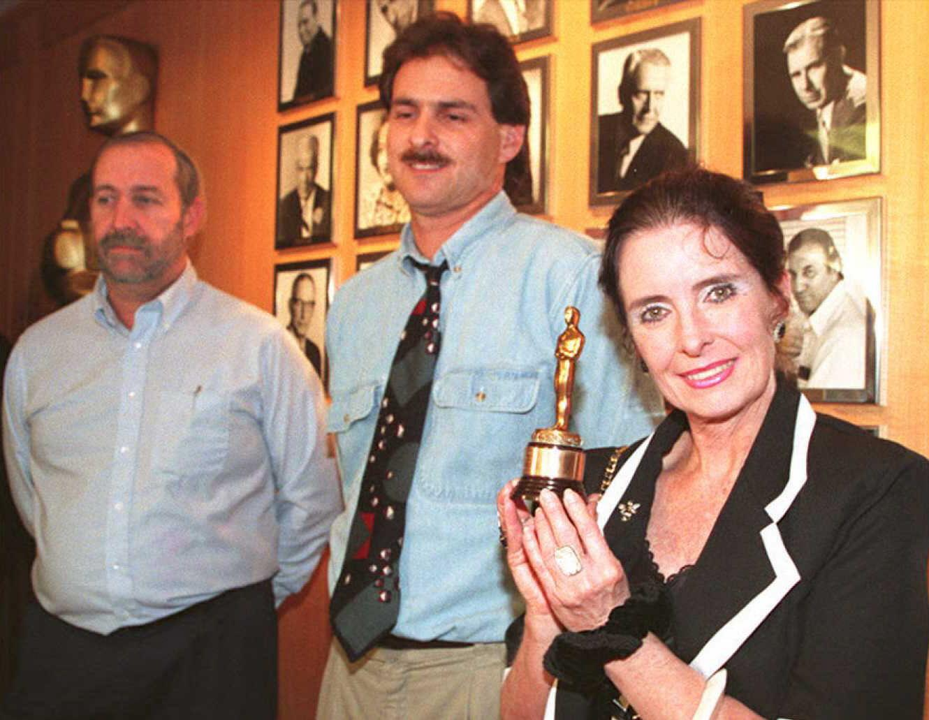 Margaret O'Brien thanks Mark Nash, left, and Steve Neimand for returning her Oscar on Feb. 7, 1995. (Photo: Vince Bucci/AFP/Getty Images)