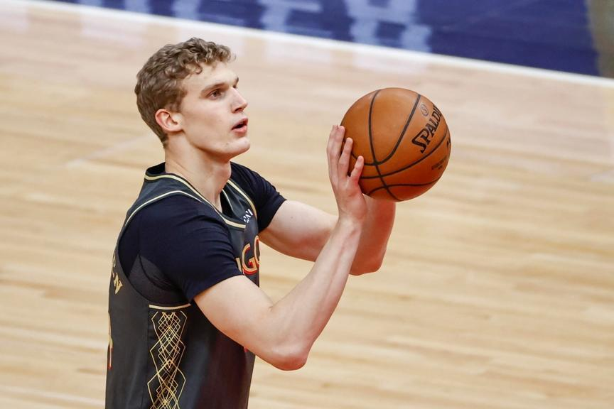 Lauri Markkanen warms up before game