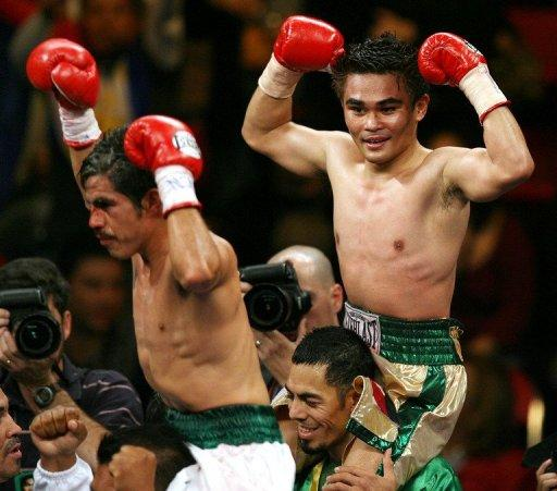 "The victory gives Brian Viloria (R), popularly known as the ""Hawaiian Punch"", a record of 31 victories and three defeats"