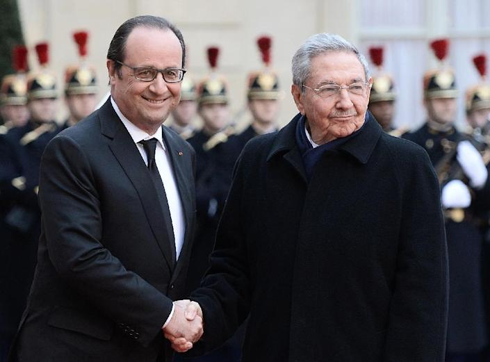 French President Francois Hollande (L) shakes hands with Cuban President Raul Castro upon his arrival on February 1, 2016 at the Elysee Presidential Palace in Paris (AFP Photo/Stephane de Sakutin)