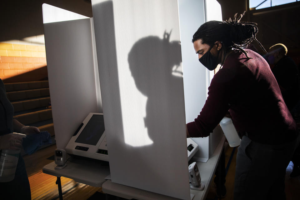 David Williams limpia una máquina de votación en el Centro Recreativo de Driving Park en Columbus, Ohio, el 3 de noviembre de 2020. (Maddie McGarvey/The New York Times).