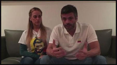 A still image taken from a video released on August 1, 2017 shows opposition leader Leopoldo Lopez and his wife Lilian Tintori talking in their house  in Caracas, Venezuela on July 17, 2017.  REUTERS/Lilian Tintori Prensa/Handout