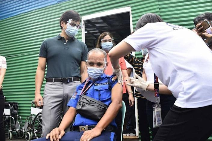 MMDA rolls out vaccine for employees