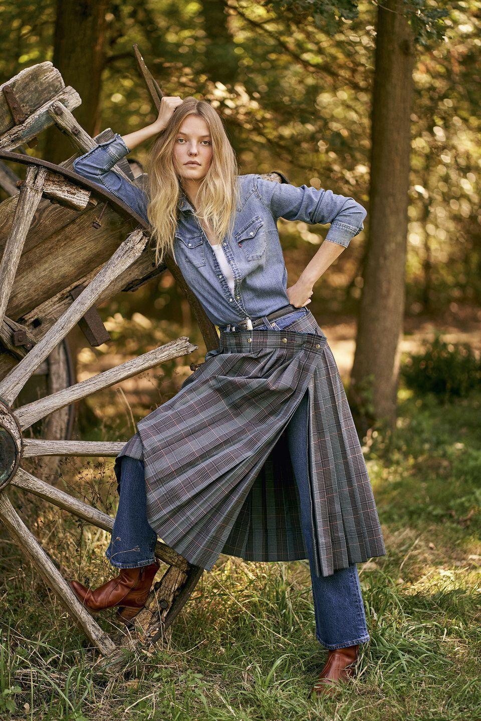 <p>Camicia di denim con taschini (80 euro) e jeans bootcut (125 euro), tutto <strong>Levi's Red Tab</strong>; canotta a costine di <em>Supima Cotton</em>, <strong>Intimissimi</strong> (9,90 euro), gonna a pieghe checked di misto lana, <strong>Acne Studios</strong> (530 euro), cintura di pelle <strong>Kate Cate</strong> (145 euro), booties di pelle con motivi paisley <strong>Etro</strong> (795 euro).</p>