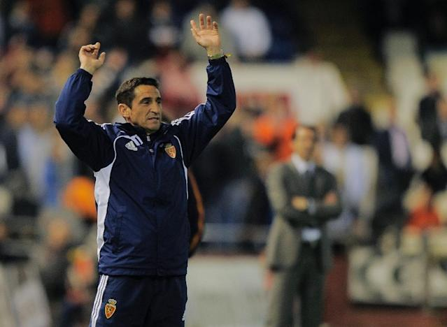 Real Zaragoza's coach Manolo Jimenez reacts during the Spanish league football match between Valencia CF and Real Zaragoza at the Mestalla stadium in Valencia on March 21, 2012 (AFP Photo/JOSE JORDAN)