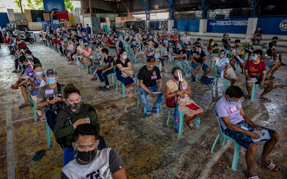 Residents of Manila queue for aid - Ezra Acayan/Getty Images