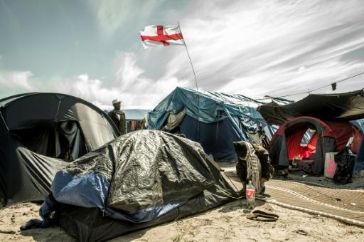 Calais migrant camp to be 'definitively dismantled', says Hollande