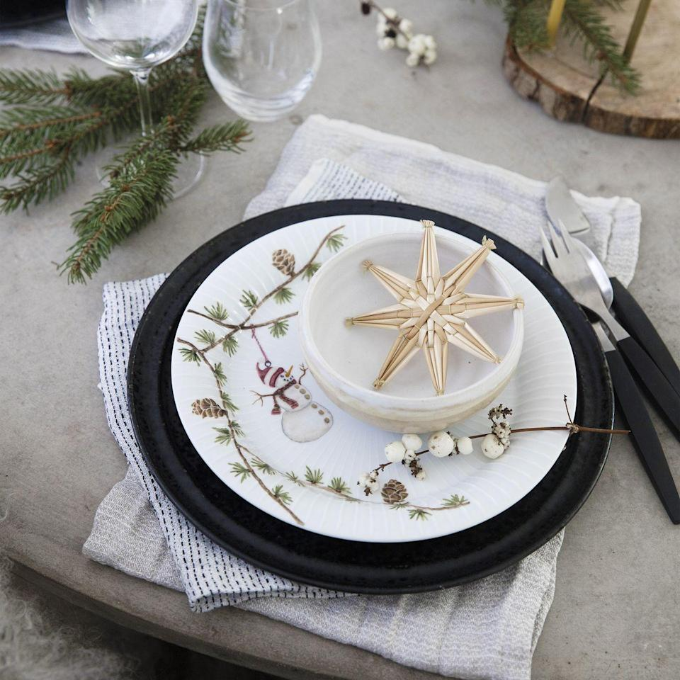 <p>Keep place settings casual with a sprig of snowberry, loosely folded linen and woven decorations. Mix in different textures and colours to give a real, yet rustic look.</p>