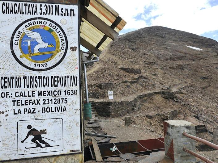 A sign on a building of the Chacaltaya ski resort indicating the mountain's height.