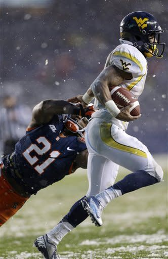 Syracuse safety Shamarko Thomas (21) tries to tackle West Virginia wide receiver Tavon Austin during the first half of the Pinstripe Bowl NCAA college football game at Yankee Stadium in New York, Saturday, Dec. 29, 2012. (AP Photo/Kathy Willens)