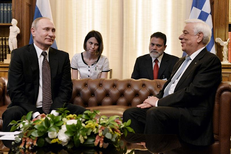 Greek President Prokopis Pavlopoulos (R) meets Russian President Vladimir Putin during a meeting at the Presidential Palace on May 27, 2016, in Athens (AFP Photo/Louisa Gouliamaki)