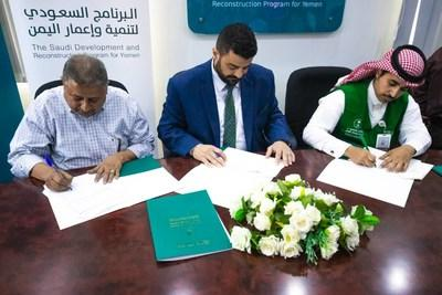 Left to right: Qaed Rashed, head of the Cleaning and Improvement Fund in Aden (CIFA), Aden Governor Ahmed Salem Rabeea and Eng. Mohammed bin Abdullah Al Hadi, chief of the Saudi Development and Reconstruction Program for Yemen (SDRPY) delegation in Aden, sign a memorandum of joint cooperation (21 March 2020)