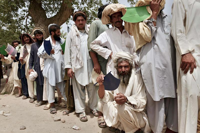 Internally displaced Pakistani civilians fleeing a military operation against Taliban militants in North Waziristan on July 13, 2014 in Bannu (AFP Photo/A Majeed)