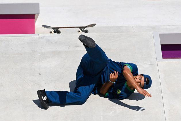 Brazil's Kelvin Hoefler takes a fall as he competes in the men's street prelims heat 2. (Photo: MARTIN BERNETTI via Getty Images)