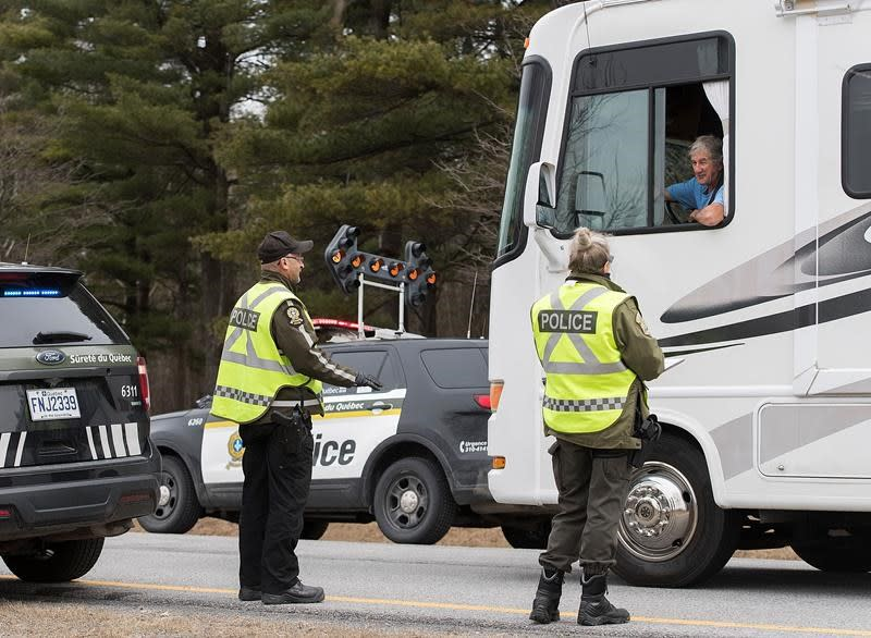 COVID-19: Quebec to add checkpoints, forbid non-essential travel to eight regions