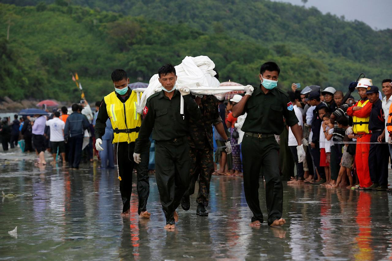 <p>Military soldiers carry dead bodies from a crashed military plane outside Launglon township, Myanmar June 8 , 2017. (Photo: Soe Zeya Tun/Reuters) </p>