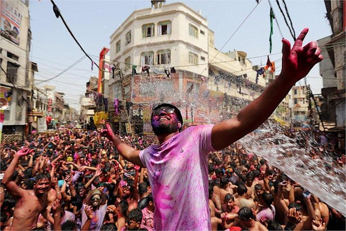 During the COVID-19 pandemic in Playagraj, Uttar Pradesh, northern India, on March 30, 2021, people danced by throwing colored powder and spraying water during the Holi Festival. I will.