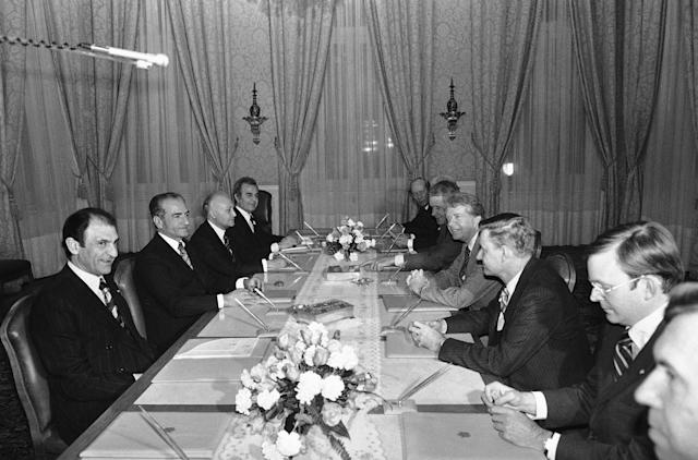 <p>President Jimmy Carter (2nd from left), his National Security Affairs Advisor Zbigniew Brzezinski (r) and Sec. of State Cyrus Vance (l. from Carter) face Muhammad Reza Shah Pahlavi of Iran (2nd l.) and the Iranian ambassador in Washington Adeshir Zahedi (l.) during talks on Dec. 31, 1977 at Tehran's White Palace of Saadabad. (Photo: HF/AP) </p>