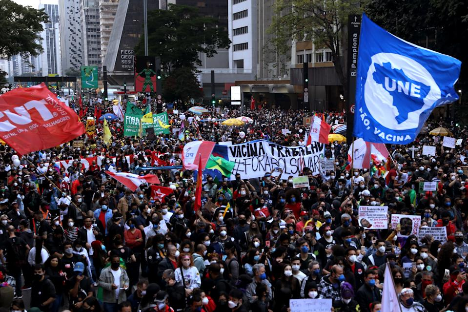 SAO PAULO, BRAZIL - JUNE 19: Demonstrators gather holding signs during a protest against Bolsonaro's administration on June 19, 2021 in Sao Paulo, Brazil. Brazilian president Jair Bolsonaro is facing a probe for pandemic mismanagement as the country counts 500,022 deaths of COVID. The controversial decision to host the Copa America 2021 amid the coronavirus crisis is questioned by a large part of the population. (Photo by Rodrigo Paiva/Getty Images)