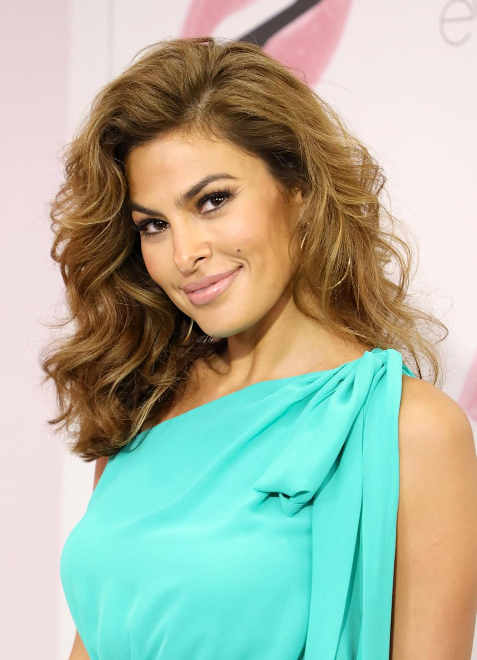 "<p>With her signature bold brows, <a href=""https://www.yahoo.com/lifestyle/tagged/eva-mendes"" data-ylk=""slk:Eva Mendes"" class=""link rapid-noclick-resp"">Eva Mendes</a> has always had the ability to stun on the red carpet. The Cuban actress has transformed into a fashion designer and beauty mogul to deliver some of her best and boldest looks directly to her fans. While achieving her fantastic arches might take some careful tweezing and <a href=""https://www.yahoo.com/lifestyle/tagged/eyebrows"" data-ylk=""slk:a brow pencil"" class=""link rapid-noclick-resp"">a brow pencil</a>, you can easily score the rest of her signature fresh-faced makeup with a smudge of brown eyeliner and soft-pink <a href=""https://www.yahoo.com/lifestyle/tagged/lipstick"" data-ylk=""slk:lipstick"" class=""link rapid-noclick-resp"">lipstick</a>. (Photo: Getty Images) </p>"
