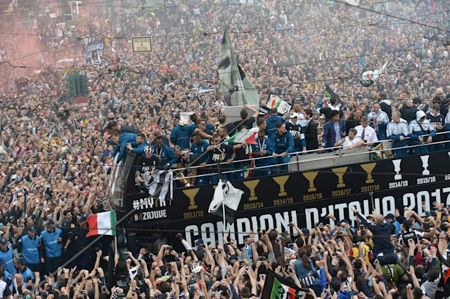 Soccer Football - Serie A - Juventus vs Hellas Verona - Turin, Italy - May 19, 2018 Juventus players celebrate winning the league with the fans from an open top bus REUTERS/Massimo Pinca