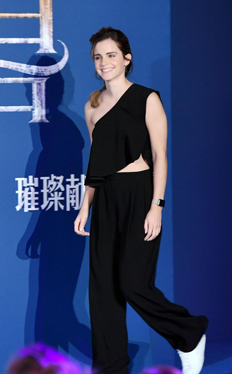 <p>This slouchy, one-shoulder look was a surprising choice for Emma – she usually dons very tailored, structured looks. But we like the asymettric Cienne look nonetheless. <em>[Photo: Rex]</em> </p>