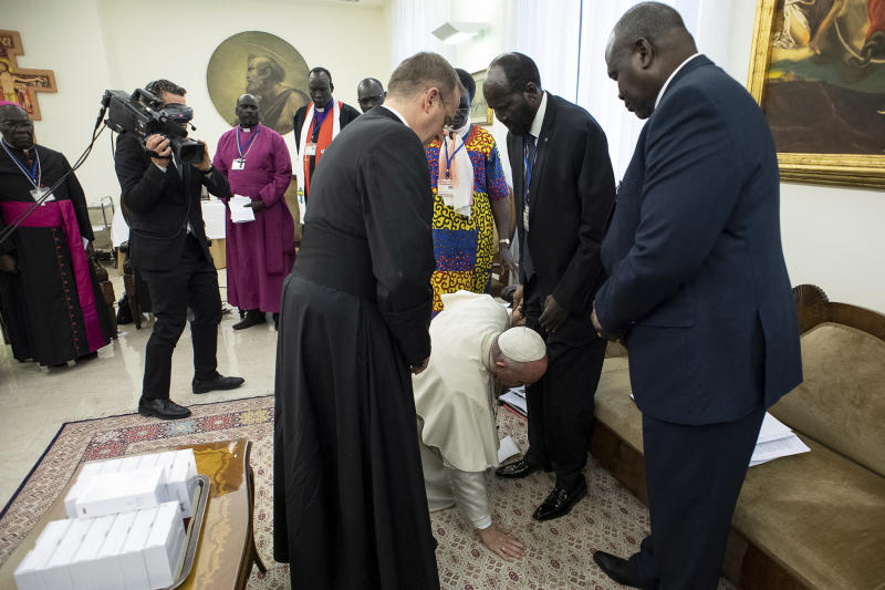 Pope kisses feet of South Sudans leaders to encourage peace
