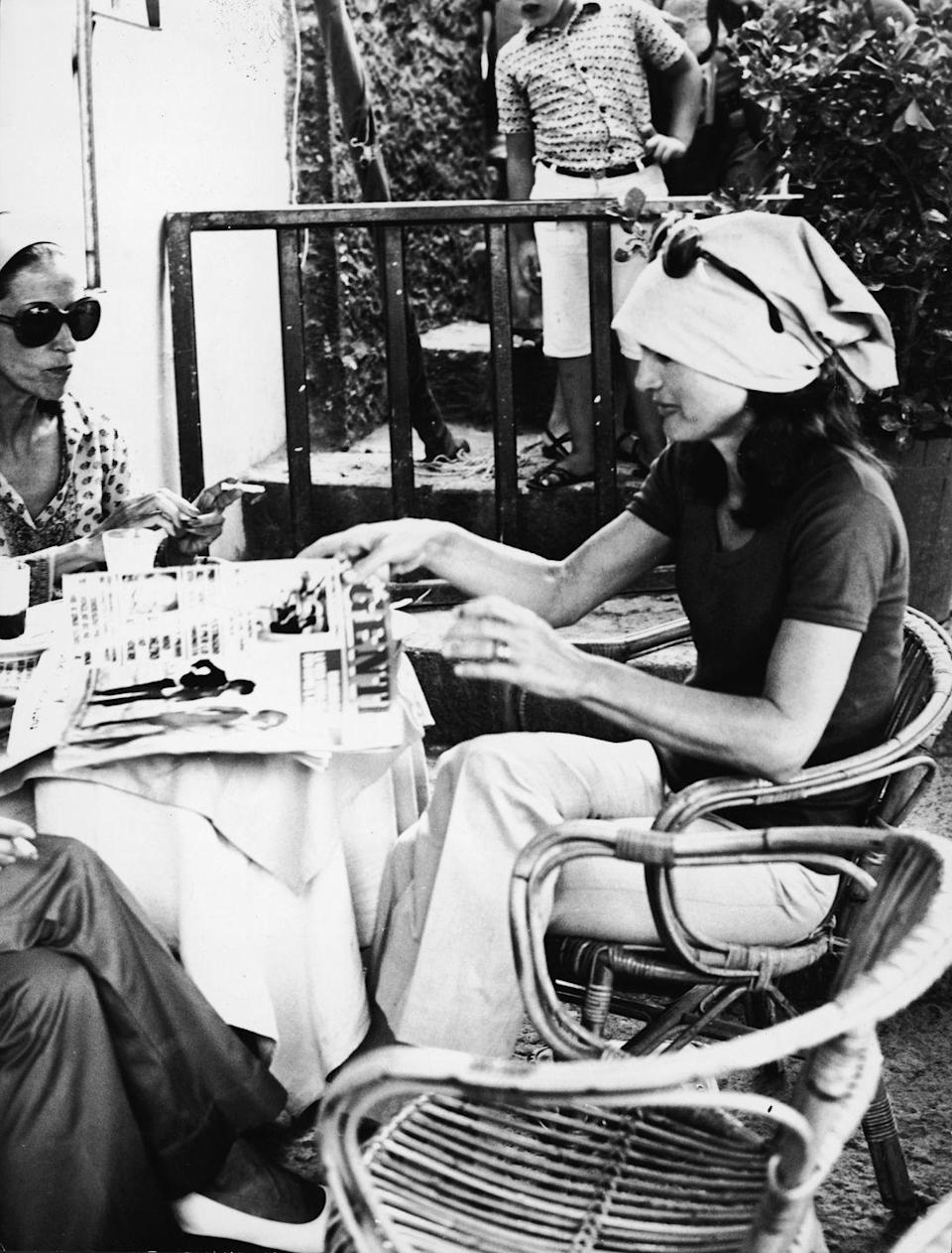 <p>Hello to the chicest vacation style look: white pants, a black top, a simple hair kerchief, and oversize sunglasses is all the former First Lady needs to make a stylish statement while in Capri. <br></p>