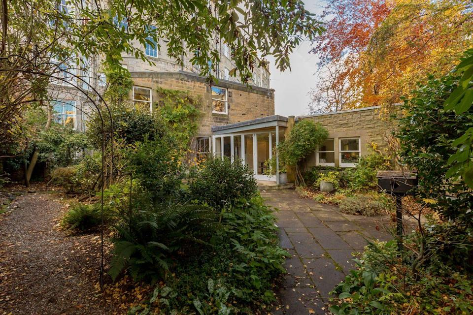 """<p>With bright and spacious rooms, this lovely mews courtyard house is situated off Gloucester Lane. As well as three large bedrooms, there is excellent storage space, a gorgeous contemporary kitchen and a peaceful private garden, too. </p><p><u><u><a href=""""https://www.onthemarket.com/details/9569226/"""" rel=""""nofollow noopener"""" target=""""_blank"""" data-ylk=""""slk:This property is currently on the market for £795,000 with Savills at OnTheMarket"""" class=""""link rapid-noclick-resp"""">This property is currently on the market for £795,000 with Savills at OnTheMarket</a></u></u></p>"""