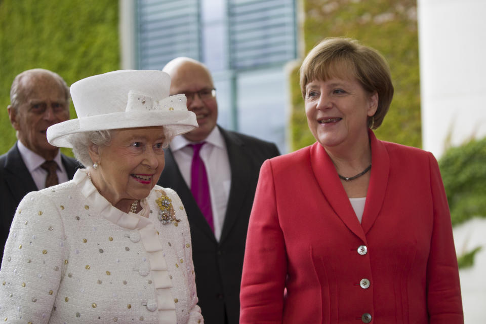 (Eingeschränkte Rechte für bestimmte redaktionelle Kunden in Deutschland. Limited rights for specific editorial clients in Germany.) Chancellor Angela Merkel welcomes Her Majesty Elizabeth II. Queen of the United Kingdom of Great Britain and Northern Ireland and husband Prince Philip on June 24, 2015 Court of Honour of the Federal Chancellery in Berlin. The Queen is dressed in white. (Photo by A.v.Stocki/ullstein bild via Getty Images)