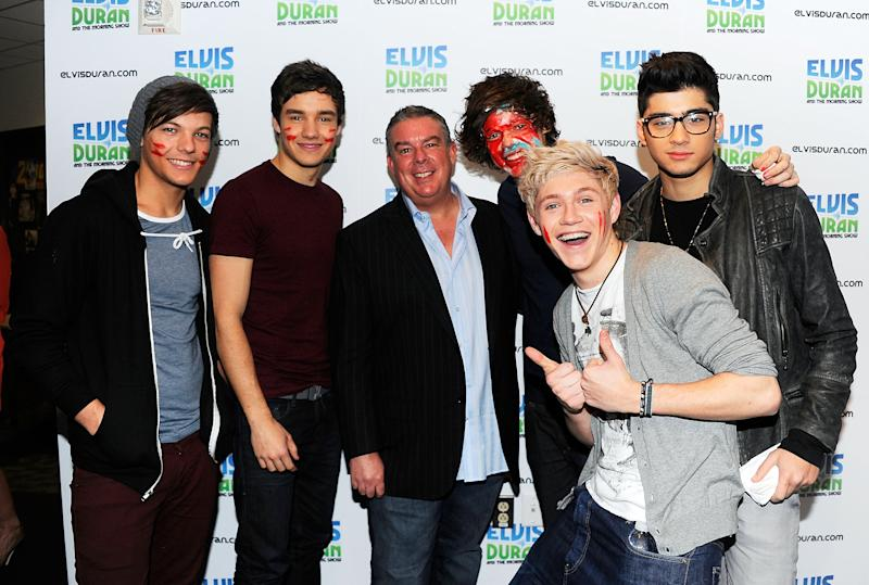 """NEW YORK, NY - MARCH 14: Elvis Duran (center) with One Direction band members (L-R) Louis Tomlinson, Liam Payne, Harry Styles, Niall Horan and Zayn Malik visit """"The Elvis Duran Z100 Morning Show"""" at Z100 Studio on March 14, 2012 in New York City. The interview was recorded and aired on March 16, 2012.  (Photo by Andrew H. Walker/Getty Images)"""
