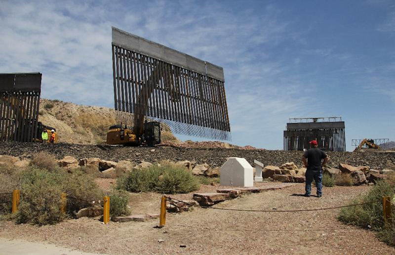 Workers build a border fence to stop migrants on private property in Texas across from Ciudad Juarez, Mexico (AFP Photo/HERIKA MARTÍNEZ)